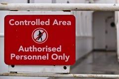 Znak na pokładzie statku wskazujący teren zamknięty Obrazy Royalty Free