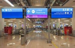 znak odjazdy przy Dubai International lotniskiem zdjęcia stock