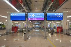 znak odjazdy przy Dubai International lotniskiem fotografia royalty free