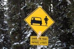 Znak ostrzega kierowców dzielić drogę z samochodami i pedestrians zdjęcia royalty free