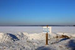 Znak ostrzegawczy CIENIAŁEM lód przy brzeg jeziora obraz stock