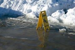 Znak ostrzegawczy dla śliskiej drogowej powierzchni zdjęcia stock