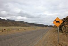 Znak ostrzegawczy dla kózek na drodze, Patagonia, Argentyna Fotografia Stock