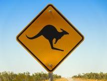 Znak ostrzegawczy dla kangura skrzyżowania w Australijskim odludziu fotografia royalty free