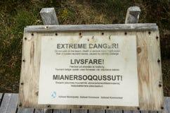 Znak ostrzegawczy - Krańcowy niebezpieczeństwo powodować cielić się góry lodowe tsunami fala zdjęcia royalty free