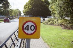 Znak ostrzegawczy lub drogowy znak dla maksymalnej prędkości ograniczenia obraz stock