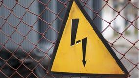 Znak ostrzegawczy na niebezpieczeństwie elektryczność Znak na ogrodzeniu elektrownia zdjęcie wideo