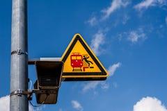 Znak ostrzegawczy na Niemieckiej linii kolejowej platformie Obraz Stock