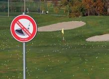Znak ostrzegawczy na polu golfowym Żadny kierowca, żadny drewna fotografia royalty free
