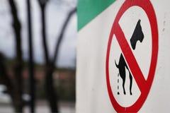 Znak ostrzegawczy no pozwoli psy kaku w parku Zdjęcie Stock