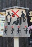 Znak ostrzegawczy przy Gion, tradycyjny rozrywka okręg w Kyoto, wcześnie rano zdjęcie stock