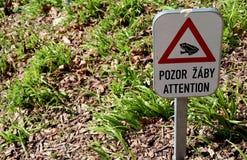 Znak ostrzegawczy - uwaga, żaby fotografia stock