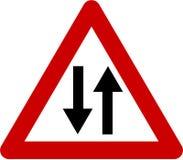 Znak ostrzegawczy z dwudrogowym Fotografia Royalty Free