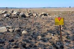 Znak ostrzegawczy z niebezpieczeństwo kopalniami Zdjęcia Royalty Free
