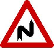 Znak ostrzegawczy z niebezpiecznymi krzywami na dobrze Fotografia Royalty Free