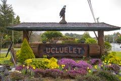 Znak powitalny przy wejściem Ucluelet w Vancouver wyspie, Kanada zdjęcia stock