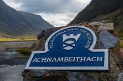 Znak przy Achnambeithach bridżowym pobliskim Loch Achtriochtan, Szkocja Zdjęcia Stock