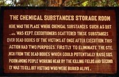 Znak przy Kambodżańskimi Killing polami opisuje substancje chemiczne używać zdjęcia royalty free