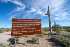 Znak przy Organowej drymby Krajowym zabytkiem blisko USA i Meksyk granicy, ostrzega gości być świadomy leków kartele i bezpra obraz stock