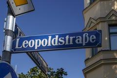 Znak uliczny Leopoldstraße w Monachium, Niemcy, 2015 Obrazy Stock