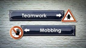 Znak Uliczny praca zespo?owa versus Oblega? zdjęcie stock