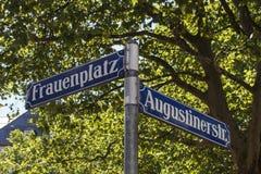 Znak Uliczny przy Frauenplatz w Monachium, Niemcy, 2015 Fotografia Royalty Free
