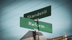 Znak Uliczny reforma versus przestój fotografia royalty free