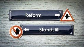 Znak Uliczny reforma versus przestój zdjęcie royalty free