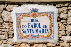 Znak uliczny w azulejo leaading Santa Marta latarnia morska w Cascais, Lisbon, Portugalia obraz stock