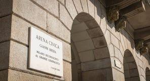 Znak uliczny wskazuje rozpoznanie miasto Mediolan dla dziennikarza Gianni Brera zdjęcie royalty free