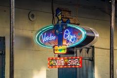 Znak uliczny z pubami i barami w dzielnicie francuskiej Obraz Stock