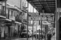 Znak uliczny z pubami i barami w dzielnicie francuskiej Fotografia Stock