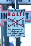 Znak, wózek na zakupy utrzymanie Zdjęcia Stock
