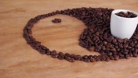 Znak yin i Yang od kawowych fasoli Yang znak i yin kłaść out na kuchennym marmuru stole W znaku jest biały cu zbiory wideo