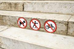 Znak zabrania psy przechodzi, podróżuje na rowerze i jeździć na deskorolce, Zdjęcie Stock