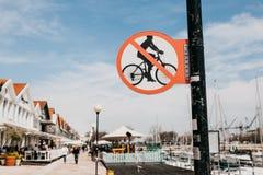 Znak zabrania ruchu bicykle wzdłuż zwyczajnej ulicy w Lisbon w Portugalia Zdjęcia Royalty Free