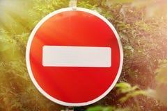 Znak zabrania uliczną ruch drogowy czerwień Obraz Royalty Free