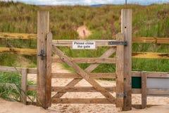 Znak: Zadawala zakończenie brama, widzieć na zamkniętej bramie obrazy royalty free