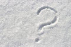 Znak zapytania na białym śniegu, zakończenie w górę, kopii przestrzeń obraz stock