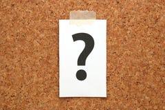 Znak zapytania na kawałku papieru na korkowej desce Obrazy Stock