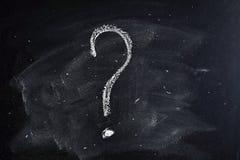 Znak zapytania rysujący w kredzie na blackboard Zdjęcie Royalty Free
