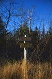 Znak ześrodkowywał na śladzie w wczesnej zimie wystawia odległość z Zdjęcia Stock