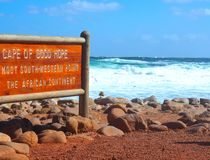 Znaka miejsce przylądek Dobra nadzieja z skały plażą obrazy royalty free