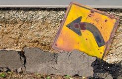 Znaka skręt w lewo asfaltu szkoda fotografia stock