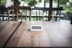 znaka zarezewowany stół Zdjęcia Stock