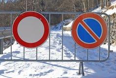 Znaki droga zamykali dla obfitego opadu śniegu fotografia stock
