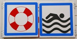 Znaki ostrzegawczy przy plażą Zdjęcie Royalty Free
