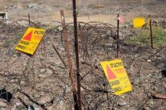 Znaki ostrzegawczy z niebezpieczeństwo kopalniami Obraz Stock