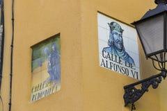 Znaki uliczni imiona tworzą od ceramicznych płytek z obrazkiem ilustruje imię ulica Fotografia Royalty Free