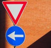 Znaki uliczni na ściana z cegieł Zdjęcie Royalty Free